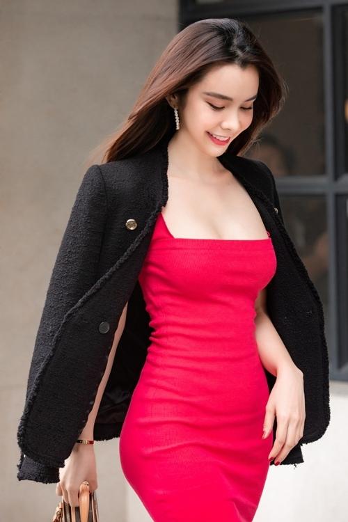 Người đẹp tiếp tục khoe vòng một đầy đặn và thân hình chuẩn trong bộ váy đỏ kết hợp cùng chiếc áo choàng đen.