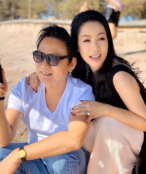 Á hậu Việt Nam 1994 hạnh phúc viên mãn vì luôn được ông xã yêu thương, chiều chuộng. Anh Trấn Phương từng tặng vợ những món quà khủng như biệt thự rộng 200 m2, xe hơi 5 tỷ và nhẫn kim cương giá trị lớn.