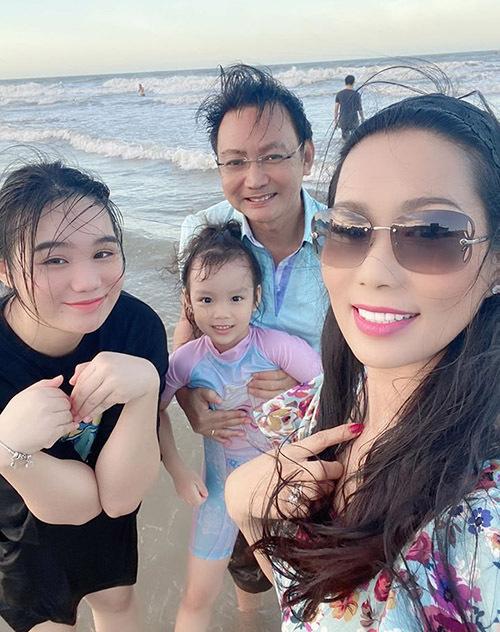 Hai con gái Khánh Ngân và Khánh Vy là trái ngọt trong cuộc hôn nhân của Á hậu và ông xã Việt kiều Mỹ.