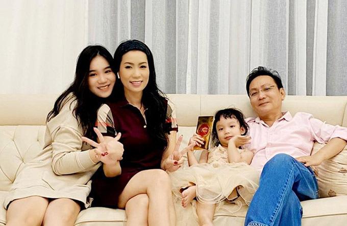 Gia đình người đẹp hiện sống trong biệt thự rộng rãi, đầy đủ tiện nghi. Trịnh Kim Chi luôn biết ơn ông xã vì anh cố gắng làm việc chăm chỉ để lo cho vợ con sống sung túc.