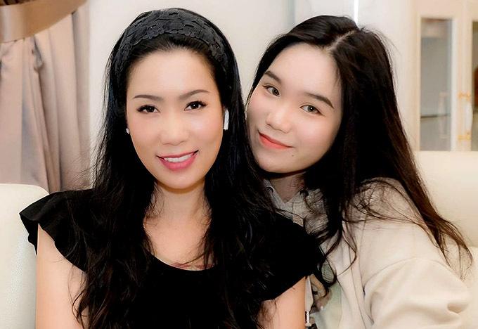 Con gái lớn của Á hậu thừa hưởng nhan sắc khả ái của mẹ. Khánh Ngân cũng yêu thích nghệ thuật và thỉnh thoảng tham gia diễn xuất trên sân khấu kịch do Trịnh Kim Chi mở.
