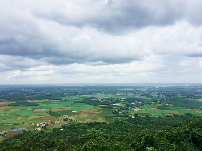 Khung cảnh nhìn từ trên núi Bà Đen. Ảnh Vi Yến