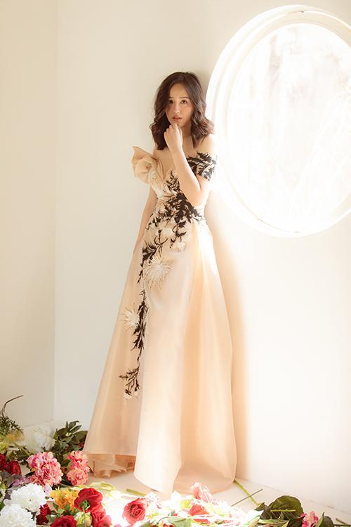 Áp dụng kỹ thuật thêu tay thủ công, nhà mốt khiến họa tiết trên từng mẫu váy trở nên cuốn hút và có hồn.
