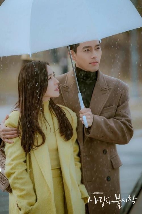 Một khoảnh khắc đẹp của hai diễn viên chính Son Ye Jin và Hyun Bin ở cuối tập 15.