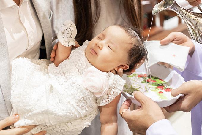 Công chúa nhỏ nằm ngoan khi được bố bế trên tay. Vũ Ngọc Ánh tiết lộ ông xã cô lần đầu làm cha nhưng chăm con rất khéo. Nam diễn viên phụ trách việc tắm con hàng ngày và luôn sẵn sàng phụ giúp vợ làm mọi việc.
