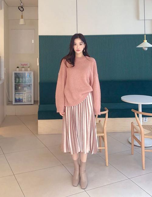 Nếu thích cách mix đồ đồng điệu sắc màu, các nàng có thể chọn những mẫu áo hồng nude, hồng pastel để mix cùng chân váy rose tan.