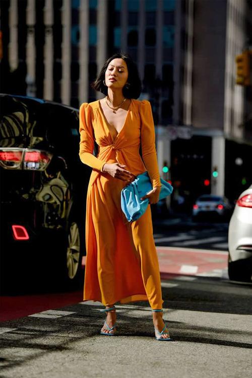 Những mẫu váy lụa màu amberglow vẫn có thể kết hợp cùng phụ kiện sắc màu tươi sáng như hồng, xanh, đỏ, trắng để tạo sự nổi bật cho phái đẹp khi xuống phố.