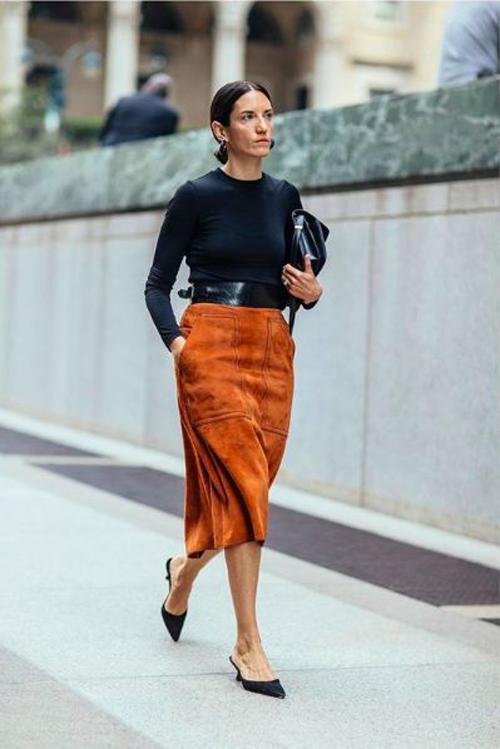 Tông cam bụi bặm thiên về sắc nâu dễ mix cùng trang phục tông đen, trắng và các kiểu áo màu trung tính.