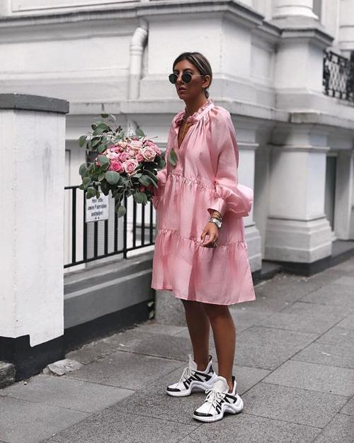 Sắc hồng mới mẻ được các nhà thiết kế khai thác qua các dáng váy suông, đầm midi, chân váy bút chì mang tính ứng dụng cao.