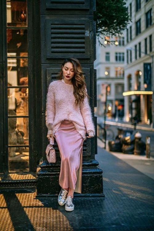 Diện váy màu rose tan nhiều tín đồ thời trang thường có thói quen chọn phụ kiện tông trắng hoặc màu metalic ánh bạc để mix đồ.