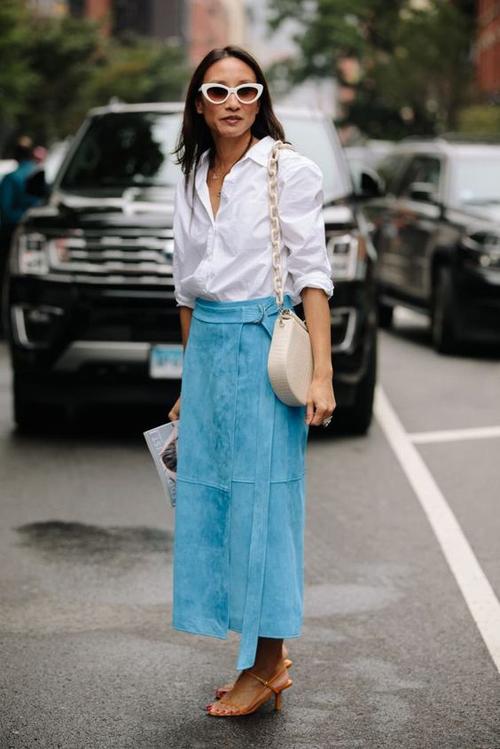 Công thức mix đồ tông xanh và trắng luôn mang đến hiệu quả cao trong việc tạo nên tổng thể hài hòa. Những cô nàng mê sơ mi có thể sử dụng các kiểu chân váy tối giản để mix đồ đi làm.
