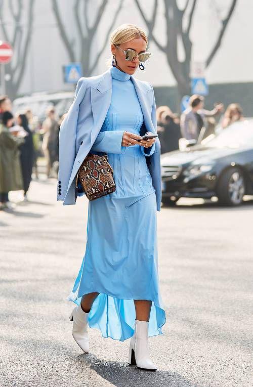 Tông xanh cổ điển tạo cảm giác dịu mắt, đồng thời phù hợp với các trang phục mang tính ứng dụng cao, dễ sử dụng ở môi trường công sở.