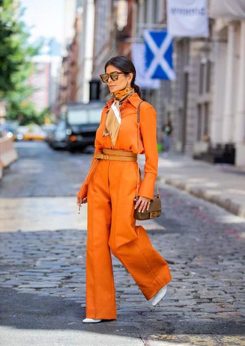 Tông cam  biến thể mang tới sự mới mẻ cho bảng màu hot trend. Chúng được dùng để mang tới các kiểu suit, chân váy, đầm cut-out giúp phái đẹp mix đi đồ đi làm, dạo phố.