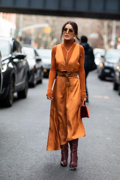 Amberglow phối hợp cùng các chất liệu vải lụa, satin mang tới nhiều kiểu trang phục bóng bẩy, thể hiện sự hào nhoáng cho người mặc.