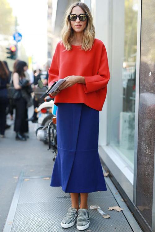 Khi diện các mẫu váy áo kiểu dáng đơn giản, phái đẹp vẫn có thể gây ấn tượng với người đối diện bằng cách chọn màu đơn sắc tông nổi bật.