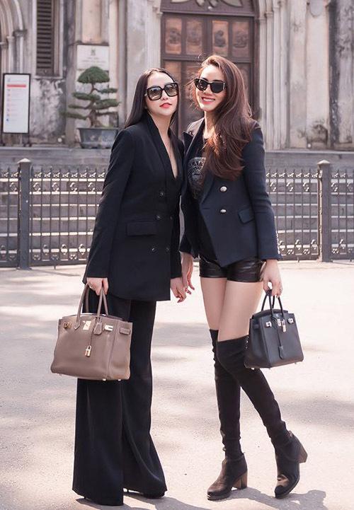 Diễn viên Scandal: Hào quang trở lại mặc quần short, đi bốt, khoe chân dài trong khi Hương Baby thanh lịch với vest đen, giày cao gót. Cả hai đều chuộng dùng túi hiệu Hermes.