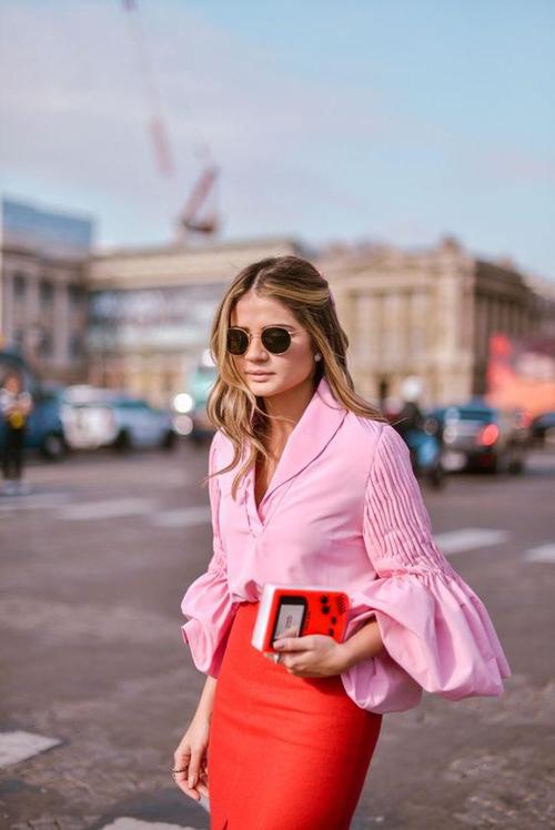 Cách phối áo hồng cùng váy đỏ từng bị chê bai về sự lòe loẹt. Nhưng ở trào lưu mới, chúng lại là công thức được nhiều cô nàng sành mốt áp dụng.