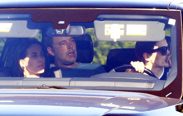 Jennifer Garner (bên phải) lái xe đưa chồng cũ tới trại cai nghiện vào tháng 8/2018.
