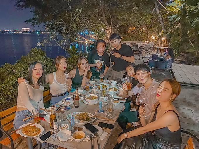 Hoàng Thùy Linh - Gil Lê tụ tập ăn uống cùng hội bạn thân gồm Minh Hằng, Khả Ngân...