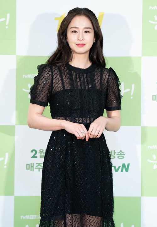 Kim Tae Hee dự buổi họp báo với trang phục đẹp lịch thiệp.