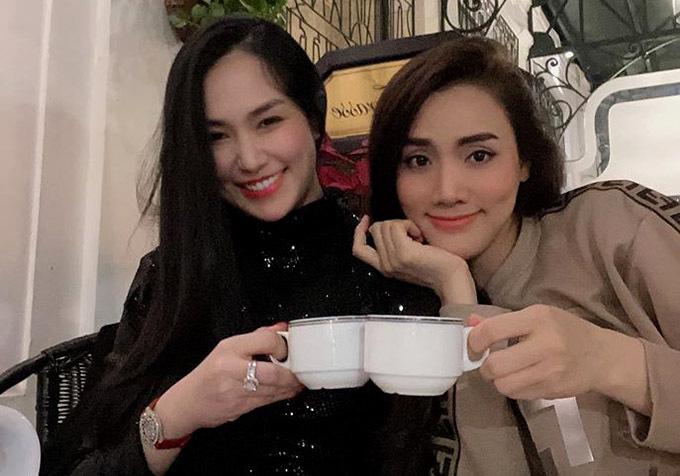 Trước Tết Hương Baby và Trang Nhung cũng hẹn nhau đi ăn tất niên.