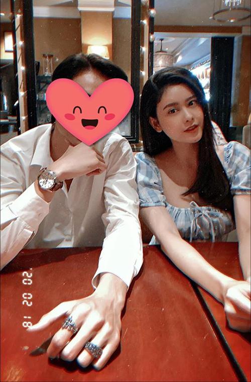 Trương Quỳnh Anh đăng ảnh bên chàng trai giấu mặt cùng chia sẻ khiến fan cho rằng cô có tình mới: Sở thích của em là anh. Gương mặt của anh cũng đúng kiểu em thích. Vậy anh có hạ cánh nơi em không?.