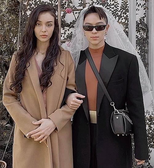 Ca sĩ MLee và sylist Kelbin Lee đóng giả cô dâu - chú rễ và đăng tải hình ảnh lầy lội này trên trang cá nhân.