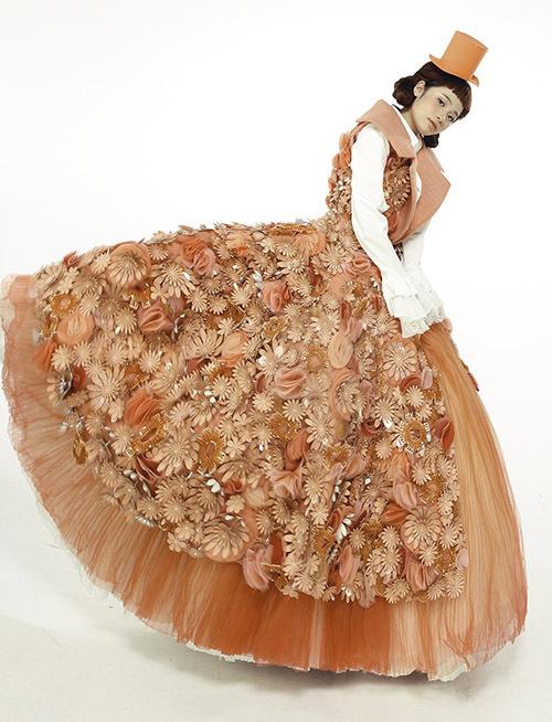 Top 5 Project Runway Vietnam 2014 gây ấn tượng khi thiết kế chiếc váy lộng lẫy màu cam đính hoa 3D tinh tế.