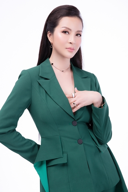 Phần ngực áo được khoét sâu giúp người đẹp tôn vòng một đầy đặn của nữ diễn viên.