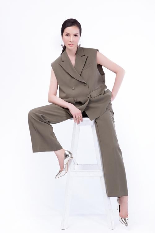 Bộ vest được cắt may từ chất liệu vải cao cấp kết hợp những đường cắttạo khoảng hở phóng khoáng cho trang phục.