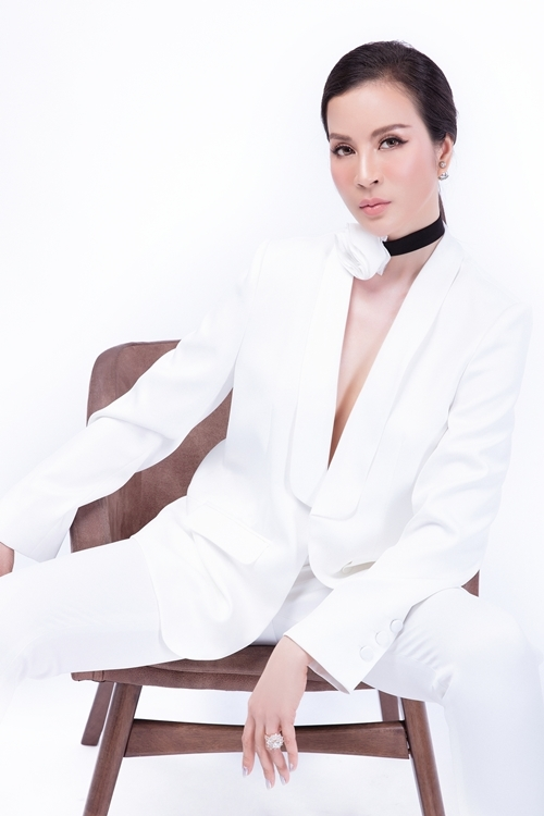 Bộ vest trắng tăng vẻ thời trang, sành điệu cho bà mẹ một con.