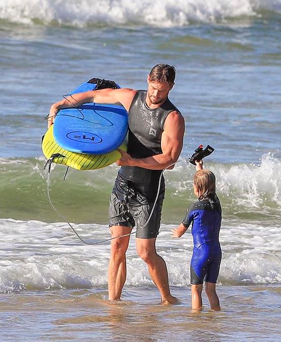 Gia đình Chris chuyển từ Los Angeles (Mỹ) về vịnh Byron (Australia) từ năm 2014 sau khi cặp song sinh chào đời. Cặp sao xây biệt thự gần bãi biển đẹp nhất ở vịnh Byron.