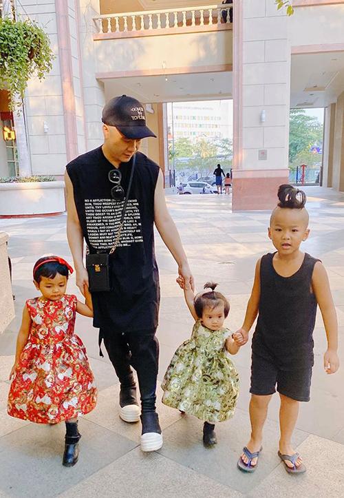 NTK Đỗ Mạnh Cường đưa3 con đi chơi và ước các bé còn lại nhanh lớn để có thể cùng lúc dắt 6 con đi chơi. Ngoài bé Tít đã lớn, bé Énvà Gấu vẫn còn nhỏ, chưa biết đi.