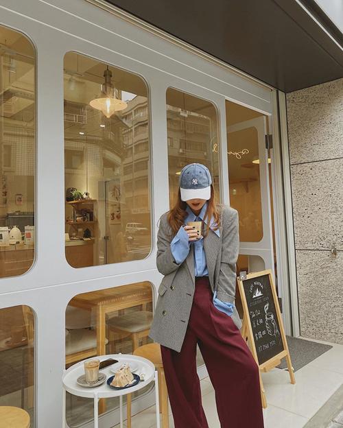 Yến Nhi chọn sơ mi, áo blazer và quần suông ống rộng như các fashinonista thế giới để mix đồ đi du lịch.