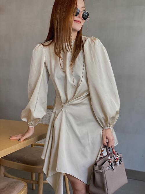 Khi xuống phố cafe. Yến Nhi tôn nét nữ tính với thiết kế váy tay bồng, trang tri đường draping xinh xắn cho chi tiết eo thon.