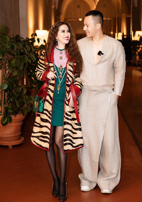 Ông bầu diện trang phục kiểu lạ sánh đôi nữ tỷ phú gốc Việt trong một buổi tiệc dành cho giới thượng lưu.