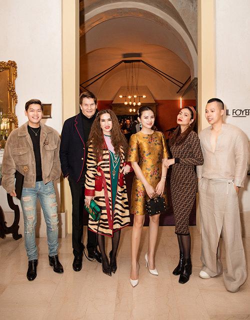 Ông bầu chụp ảnh kỷ niệm cùng bạn bè trong chuyến đi Italy. Sau show diễn của Moschino, anh có kế hoạch ở lại vài ngày dự thêm 2 buổi trình diễn của các nhãn hiệu tạiMilan Fashion Week 2020.
