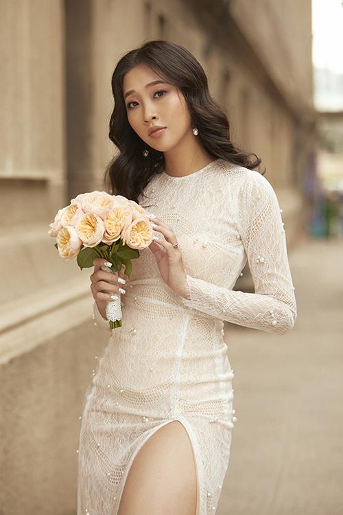 Trong buổi chụp hình trước thềm đám cưới, Liêu Hà Trinh còn chinh phục các thiết kế váy cưới cách điệu, giúp tôn dáng ngọc.