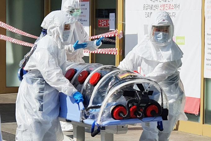 Một bệnh nhân nhiễm nCoV được đưa tới bệnh viện Đại học Quốc gia Kyungpook tại Daegu, Hàn Quốc. Ảnh: DPA.