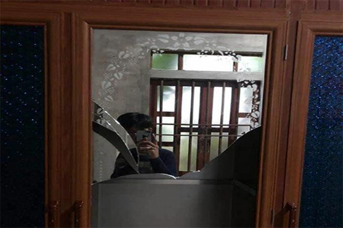 Tủ kính của một gia đình bị vỡ sau rung chấn. Ảnh: H.L