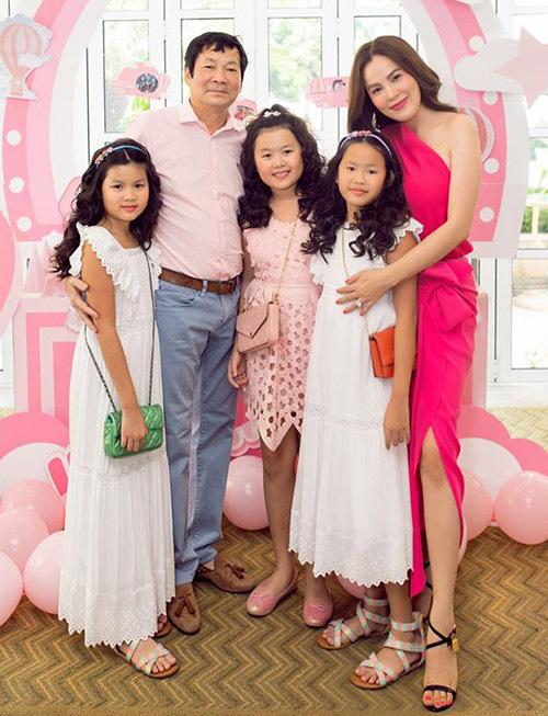 Phương Lê trẻ trung, gợi cảm ở tuổi ngoài 40. Cô đã 3 lần sinh nở nhưng vẫn giữ được nhan sắc quyến rũ. Phương Lê được biết đến khi đoạt giải Á hậu Doanh nhân người Việt Thế giới 2016. Năm 2017 cô thi Hoa hậu Quý bà Hoà bình Thế giới và xuất sắc giành ngôi vị cao nhất.
