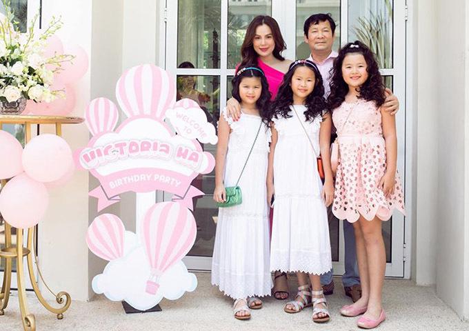 Phương Lê chụp ảnh cùng ông xã đại gia và ba cô con gáitrong này sinh nhật bé Victoria (ngoài cùng bên phải). Vợ chồng người đẹp kết hôn 11 năm, tình cảm luôn mặn nồng.
