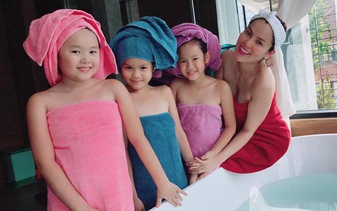 Bận rộn với việc kinh doanh nhưng Phương Lê luôn cố gắng dành thời gian chăm sóc, gần gũi các con gái để theo sát từng mốc trưởng thành của các bé, kịp thời uốn nắn, dạy bảo các con.