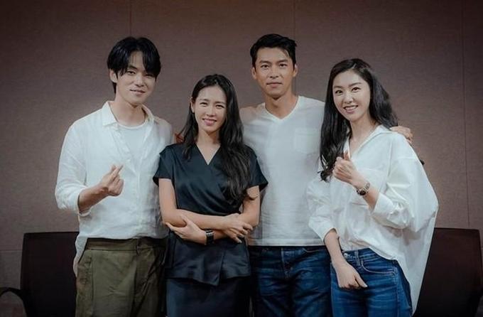 Từ trái qua: Kim Jung Hyun, Son Ye Jin, Hyun Bin và Seo Ji Hye trong buổi đọc kịch bản trước khi quay Hạ cánh nơi anh năm ngoái.