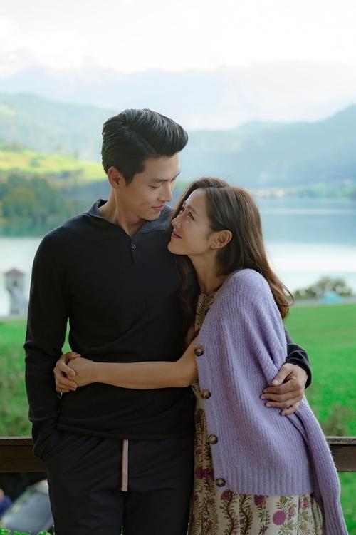 Hyun Bin và Son Ye Jin tình tứ trong bộ ảnh của hai nhân vật chính.