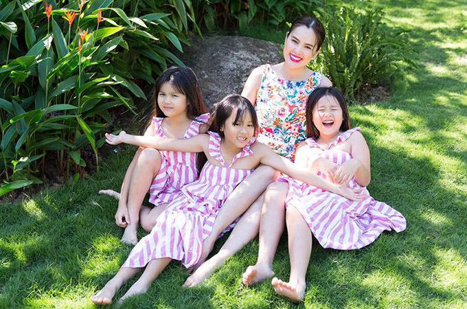 Bé Chiêu Nghi (Michelle - giữa) và Băng Nghi (Olivia - ngoài cùng bên trái) là chị em sinh đôi. Cả hai được hơn 8 tuổi. Ba chị em theo học một trường tiểu học quốc tế tại TP HCM.
