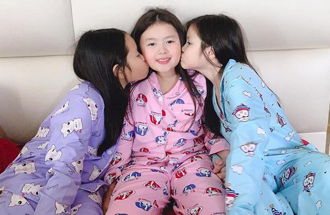 Do chỉ cách nhau hơn một tuổi nên ba cô con gái luôn thân thiết, chơi với nhau rất hoà thuận.
