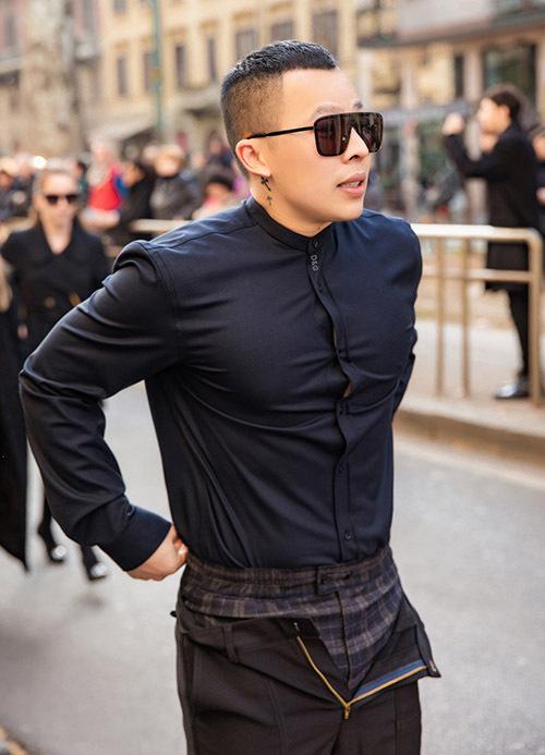 Vũ Khắc Tiệp mặc áo sơmi hàng hiệu kết hợp kiểu quần tụt hai lớp. Bộ cánh này khiến nhiều người thoạt nhìn nhầmtưởng ông bầu của Ngọc Trinh quên đóng khoá quần.