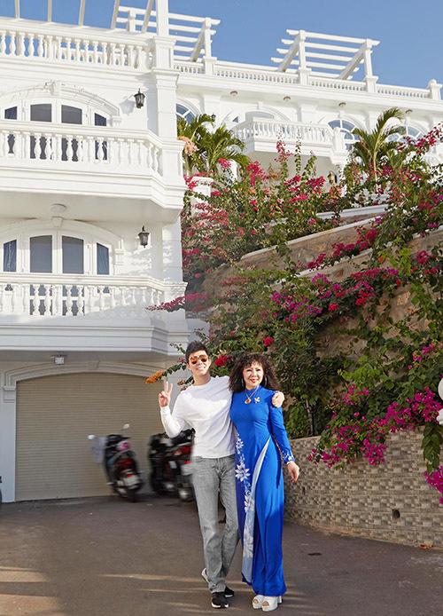 [Caption Từng chia sẻ về việc mình xây dựng biệt thự trên núi có view biển nay căn biệt thự khang trang của gia đình Nathan Lee đã chính thức hoàn tất và đưa vào sử dụng.    Toạ lạc tại một con đường ven biển đắt đỏ nhất thành phố biển, khu biệt thự của gia đình Nathan Lee rộng hơn 6000 m2 vị trí lưng tựa núi, mắt nhìn biển với 2 toà nhà lớn, một hồ bơi nhìn ra biển cùng 2 khu vườn rộng đầy các loại cây quý hiếm. Trước nhà là hồ bơi, xung quanh cây xanh râm mát bao phủ.