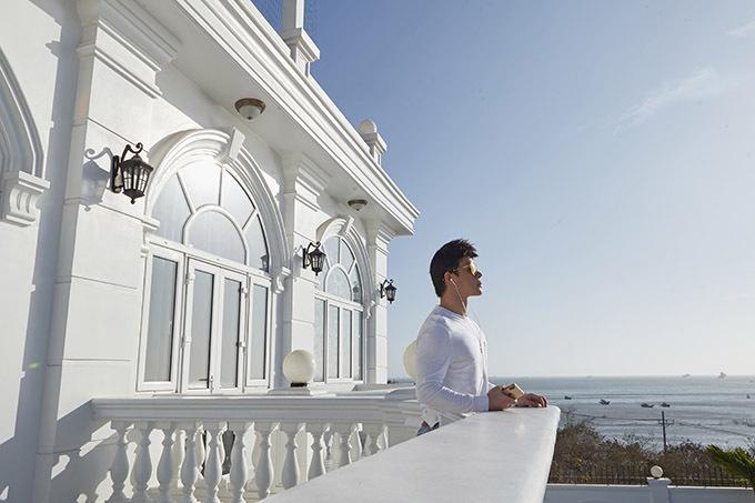Cơ ngơi màu trắng của gia đình Nathan Lee có tầm nhìn hướng biển rất đẹp.